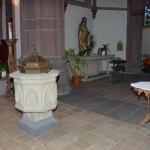 Taufbecken und im Hintergrund der Altar des Hl. Josef