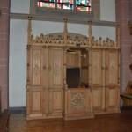 Beichtstuhl im Westteil des Langhauses,  links die Figur der Hl. Elisabeth und  rechts die Figur des Hl. Petrus